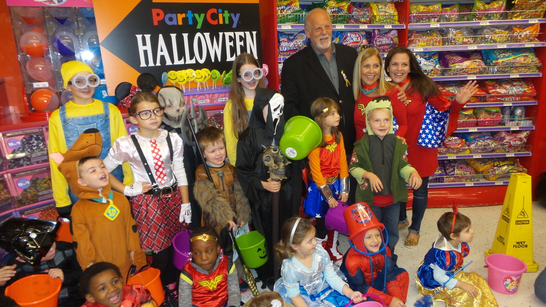 on saturday october 22nd at the nyc 14th street party city location executive chairman of party city holdco inc gerry rittenberg donated halloween - Halloween Store 14th Street Nyc